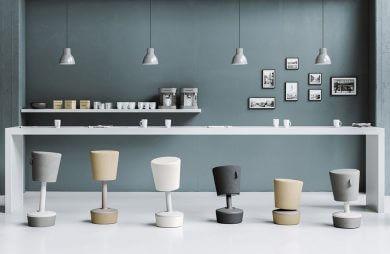 sześć różnokolorowych pufowych stołków