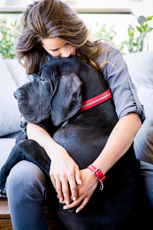 kobieta przytulająca dużego czarnego psa