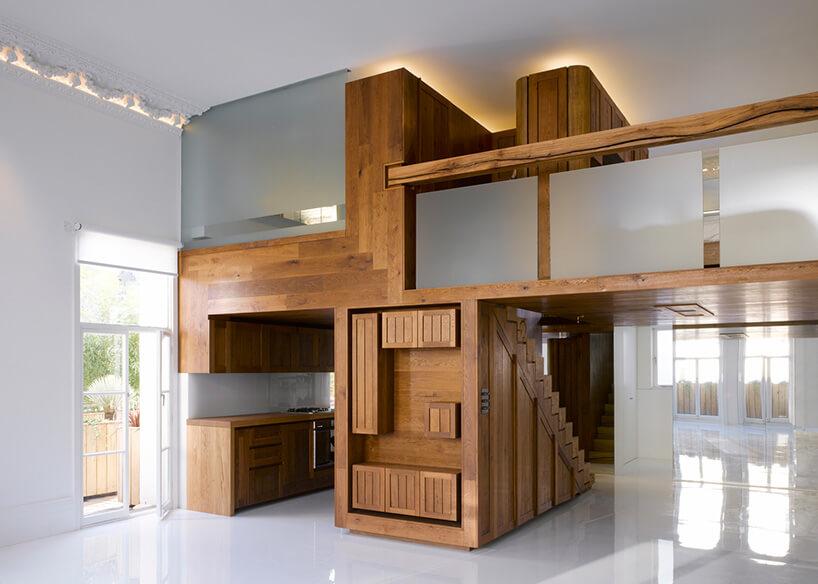 drewniana antresola ze szklanymi elementami