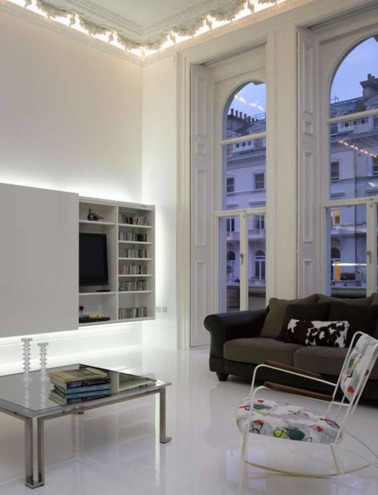 biały salon zpanoramicznymi oknami