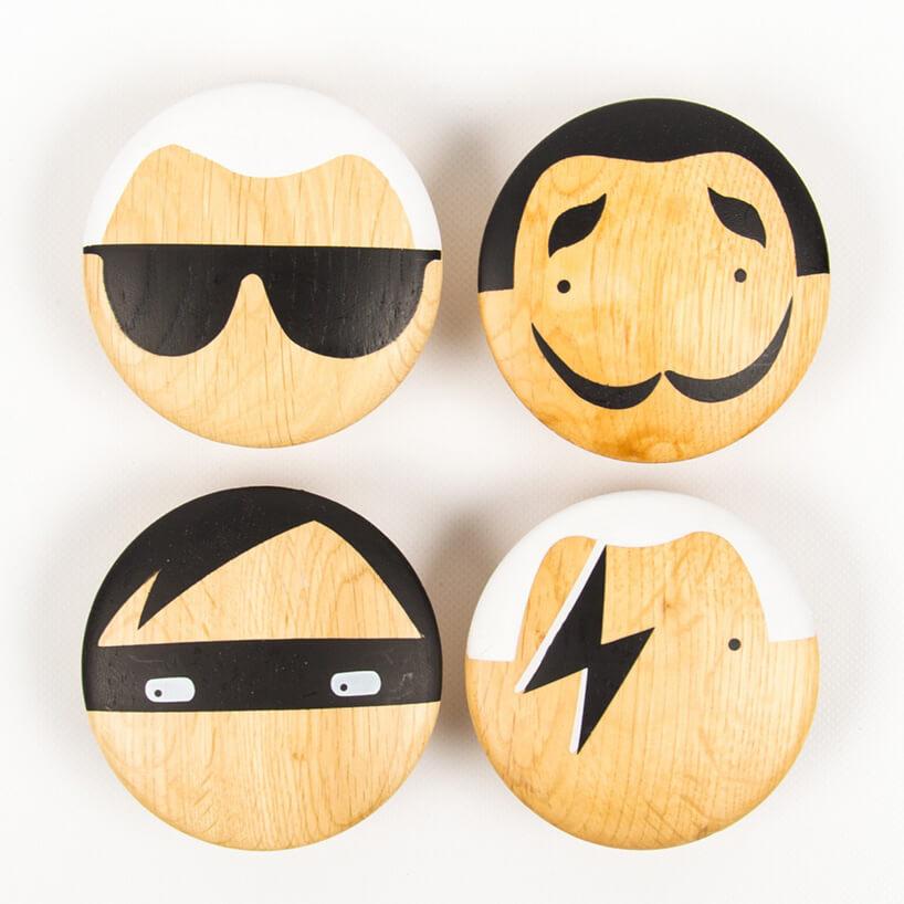 cztery drewniane gałki znamalowanymi twarzami