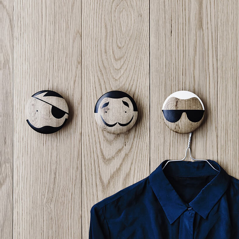 trzy gałki znamalowanymi szarymi twarzami