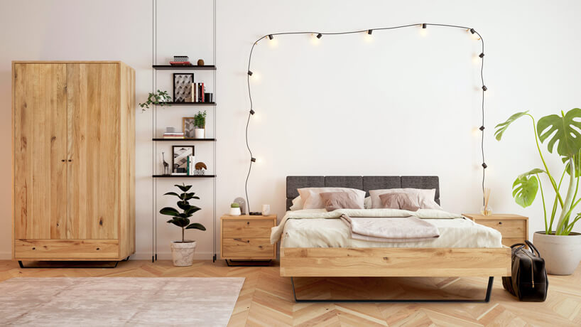 eleganckie drewniane łóżko Woodica pomiędzy dwoma drewnianym szafkami nocnymi