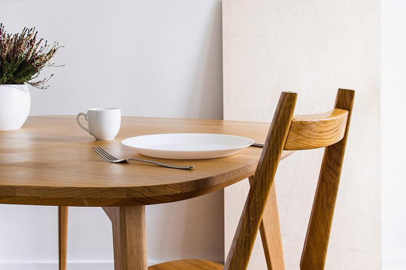 naczynia na drewnianym stole