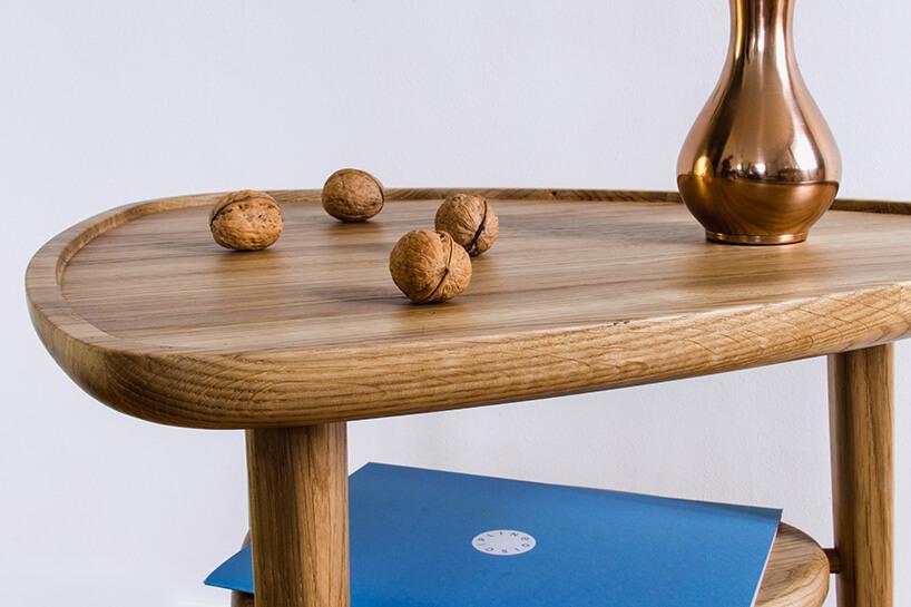 orzechy włoskie na drewnianym stole