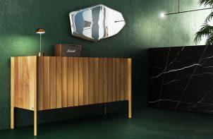drewniana komoda na tle zielonej ściany