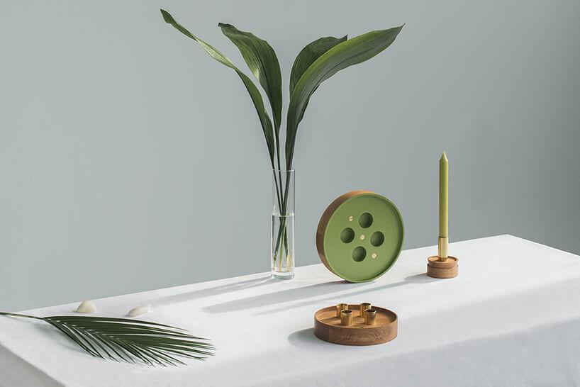 aranżacja komody zzielonym świecznikiem