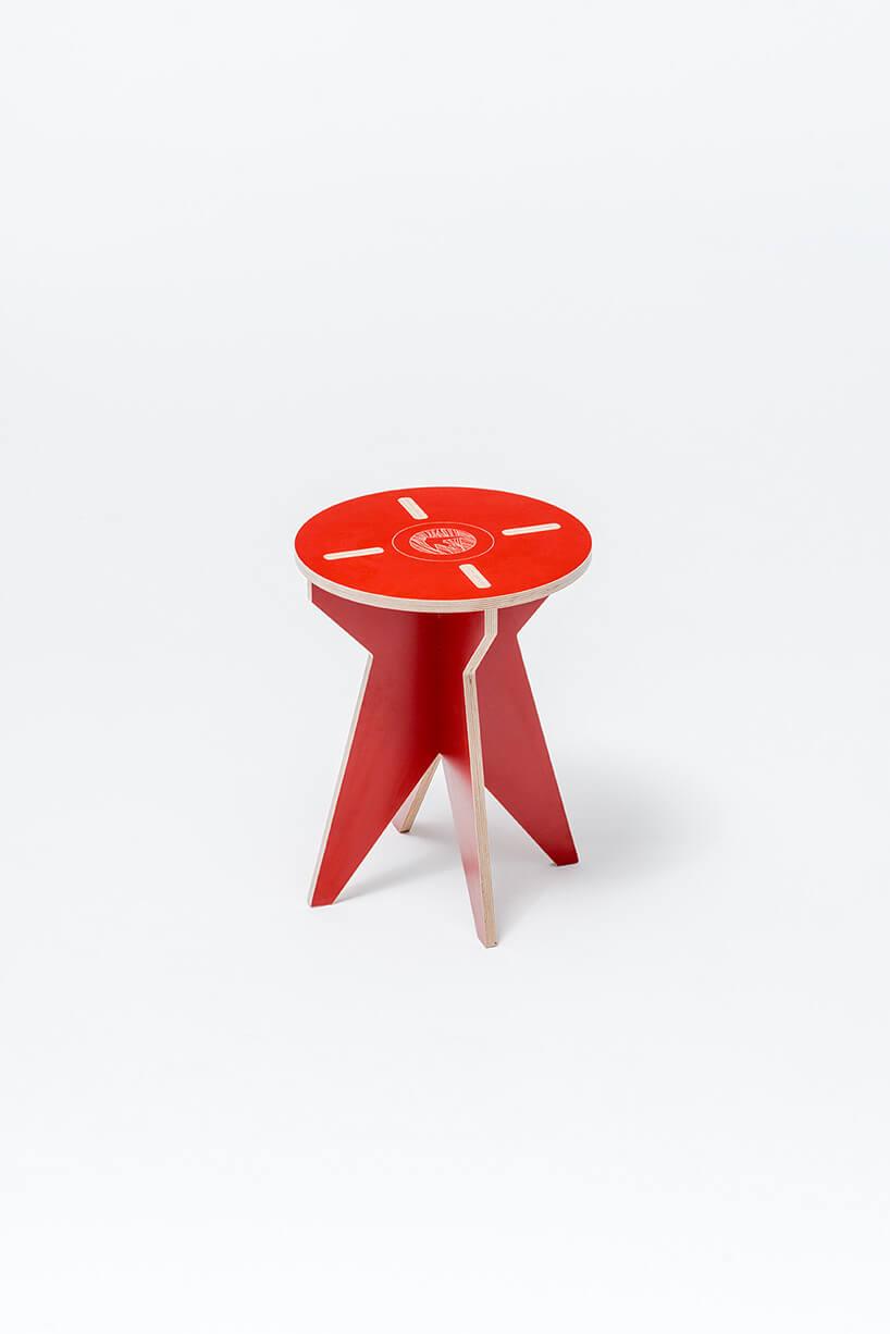 czerwony rozkładany stołek