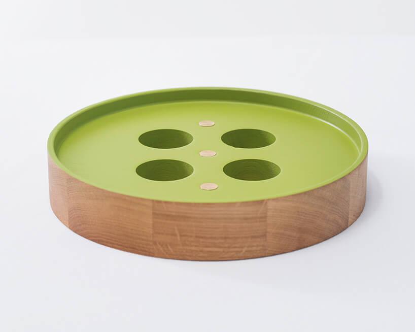 drewniany świecznik pokolorowany na zielono