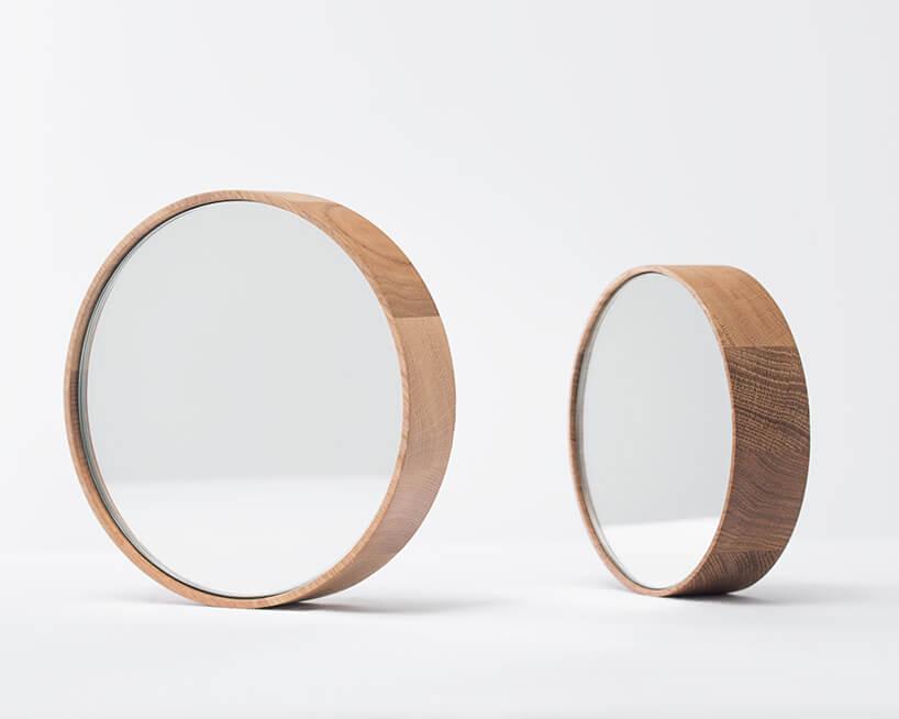 dwa okrągłe lustra wdrewnianych ramach