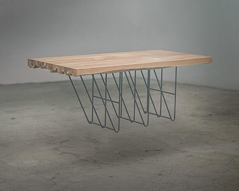 zawieszony stół znietypowymi nogami