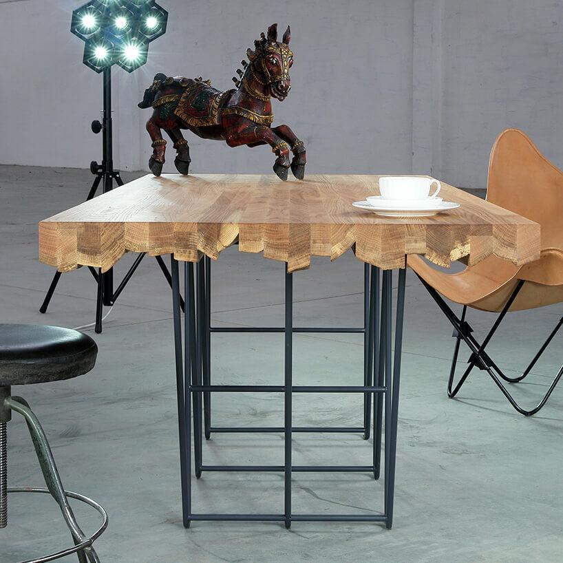 stół znietypowymi blacie waranżacji zdrewnianym koniem