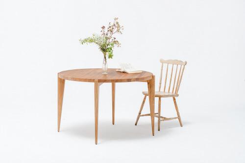 mały okrągły stół zkrzesłem