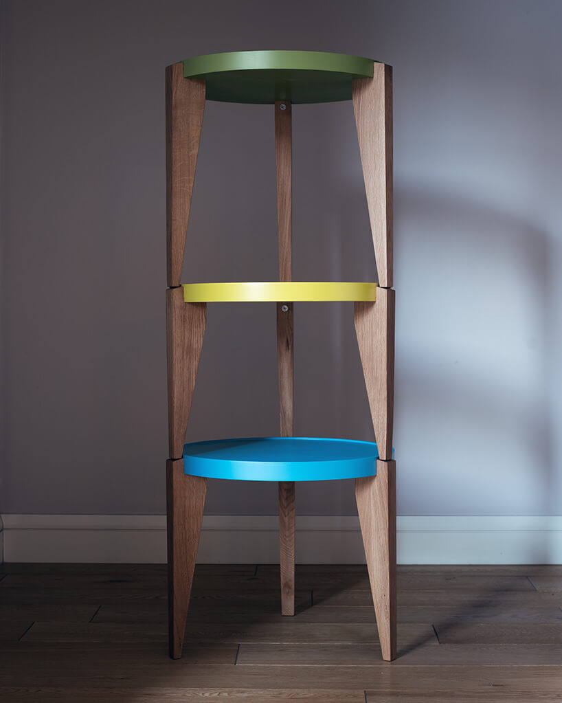 drewniane stołki zkolorowymi siedzisakmi