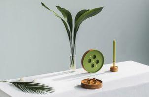 liście i świecznik na stole