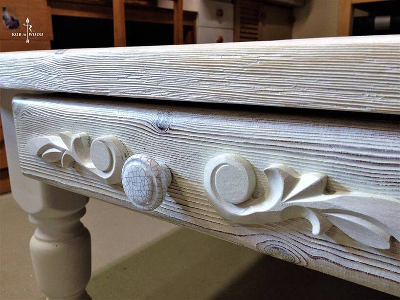 zdobiona drewniana szuflada
