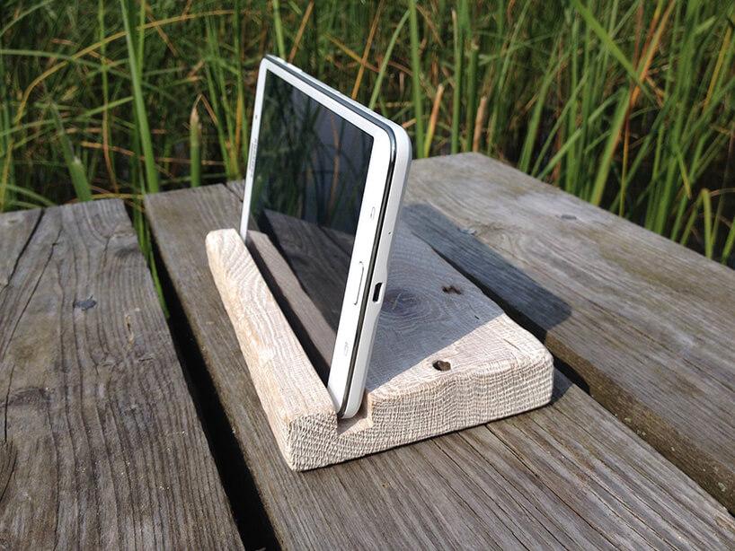 biały stojak na tablet wdrewnianej desce