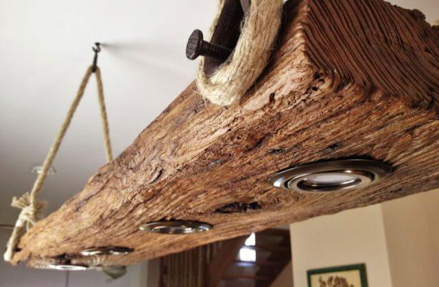 oświetlenie zamontowane w starej grubej desce