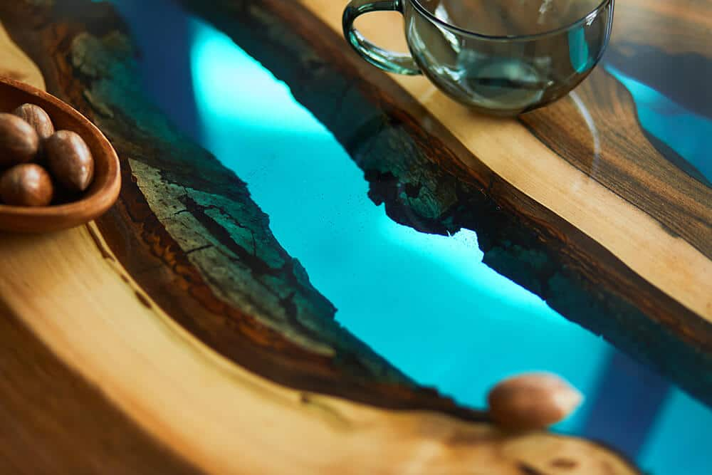Drewniane stoły zżywicą – do jakich wnętrz pasują