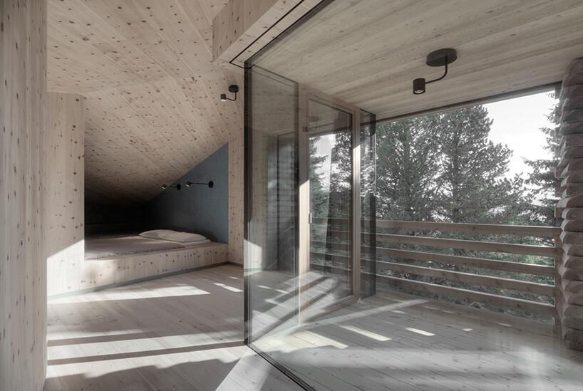 drewniane wnętrze tyrolskiej chaty