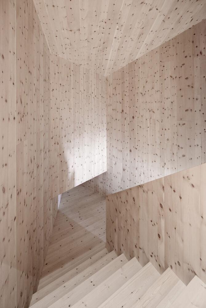 drewniane schody wewnętrzne