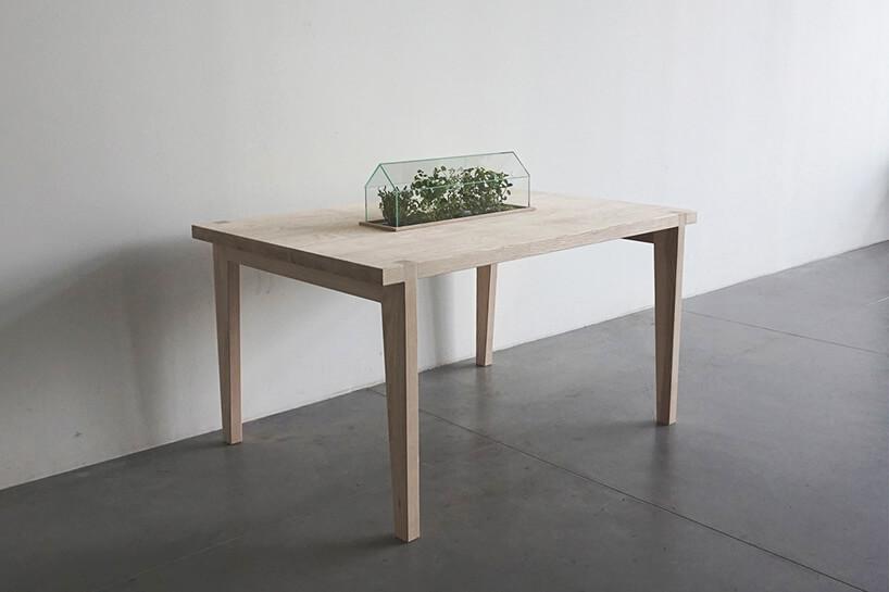 duży drewniany stół zdoniczką