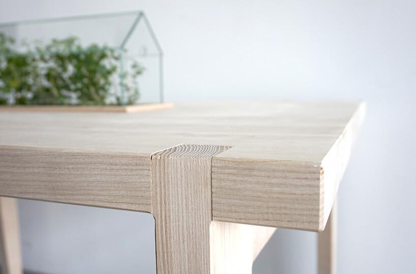 zbliżenie na blat drewnianego stołu