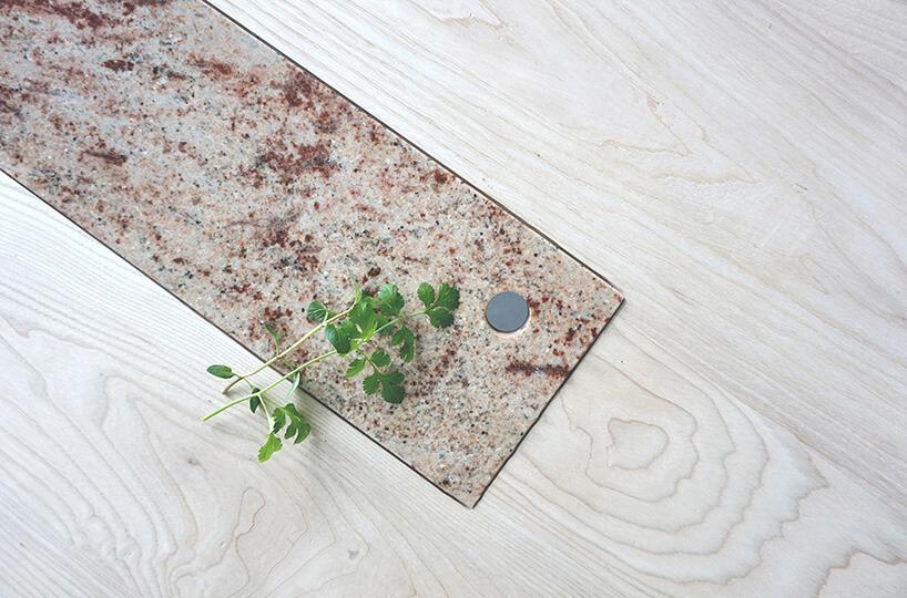 kamienna płyta we wnęce drewnianego stołu