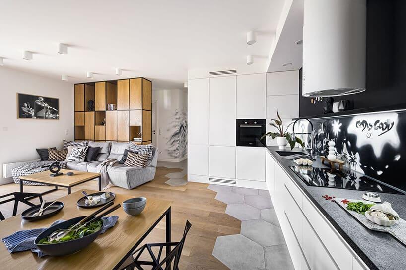 nowoczesne mieszkanie zpołączeniem drewna ibetonu oraz białych barw