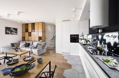nowoczesne mieszkanie z połączeniem drewna i betonu oraz białych barw
