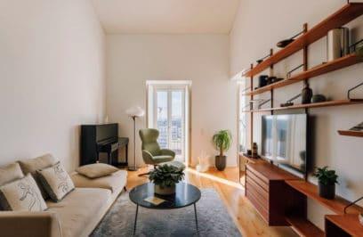 Drewno, rośliny i widok na rzekę: dwupoziomowy apartament w Portugalii