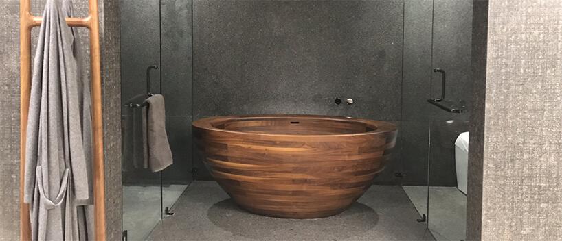 wyjątkowa okrągła wanna zdrewna od Unique Wood Design wszarej łazience