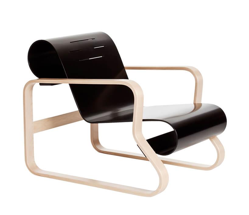 wyjątkowe krzesło Armchair 41 Paimio od Artek zdrewnianym jasnym stelażem iczarnym twardym siedziskiem
