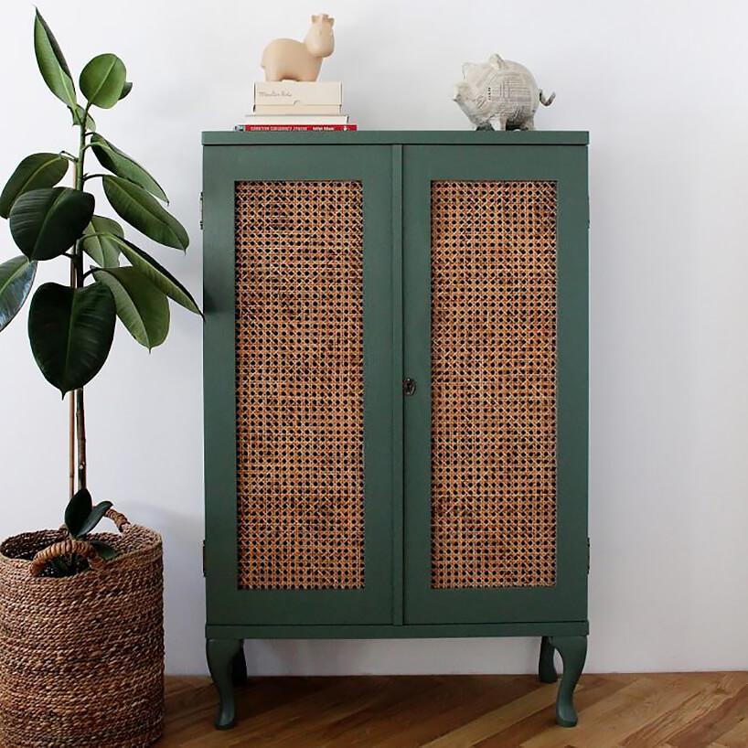 drewniana szafka WOOD szczęścia wstylu hygge pomalowana na zielono zdrzwiami wykończonymi siatką drewnianą