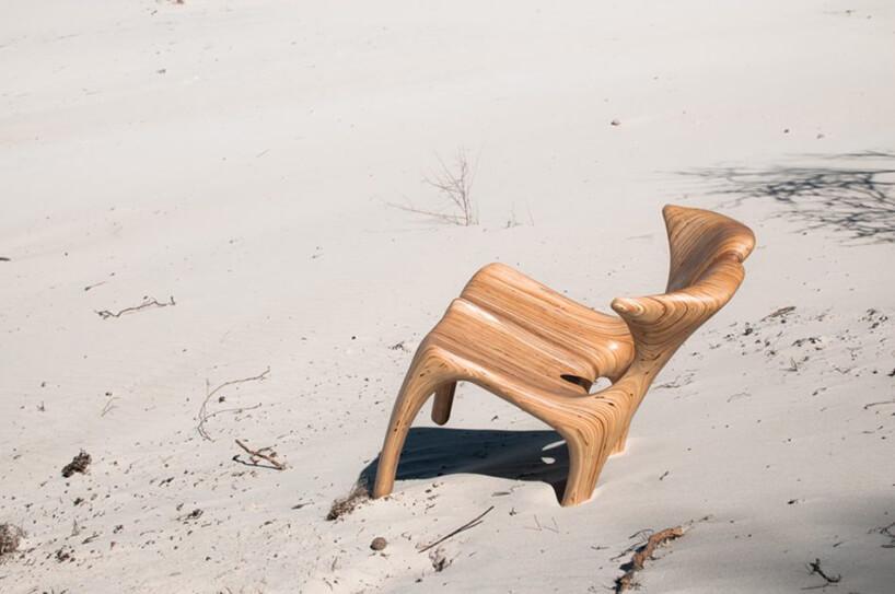 wyjątkowe drewniane krzesło DUNE od GOOD INSIDE waranżacji wpiasku na plaży