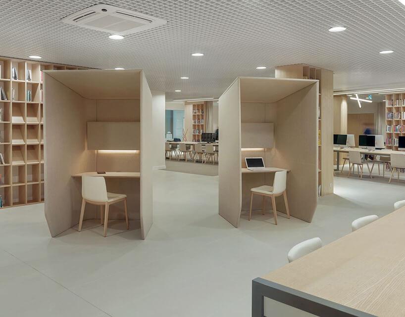 nowoczesne miejsca do pracy wkolorze beżu zkrzesłem
