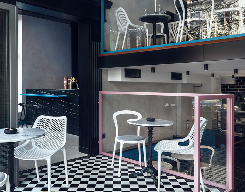 różne krzesła na podłodze wkratę przy balustradzie ze szkła