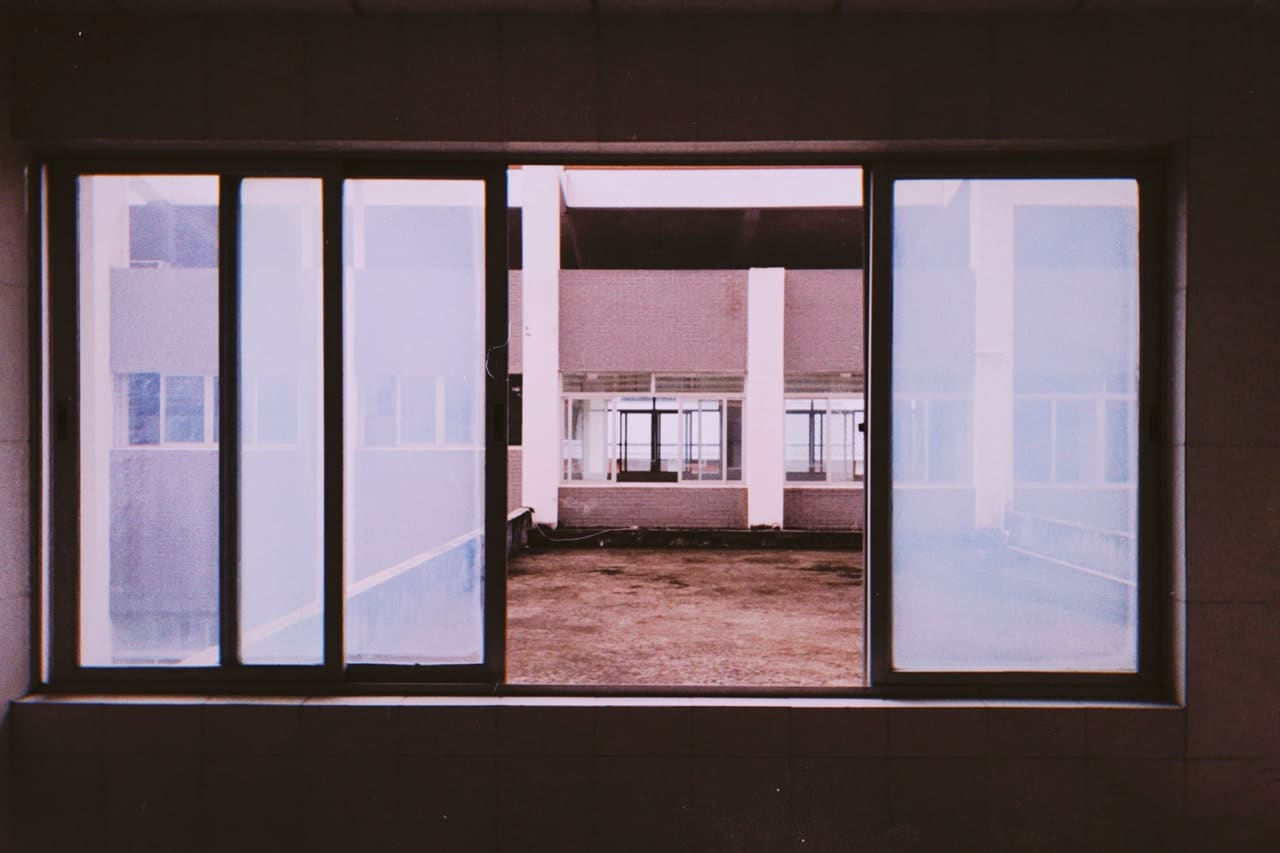 drzwi przeswune Castorama szklane zasuwane