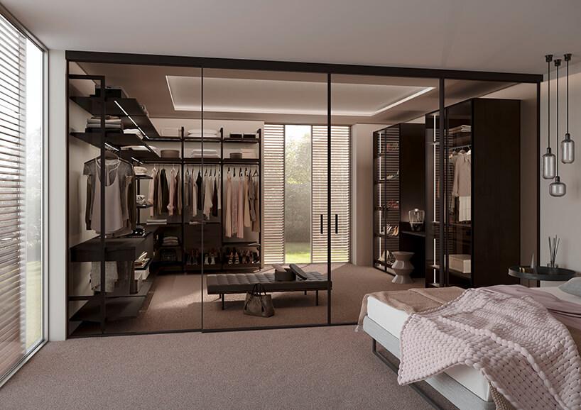 nowoczesna sypialnia zgarderobą za szklanymi drzwiami przesuwnymi