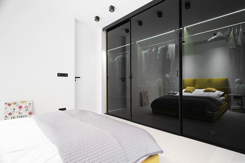 szafa oddzielona drzwiami przesuwanymi zciemnego szkła
