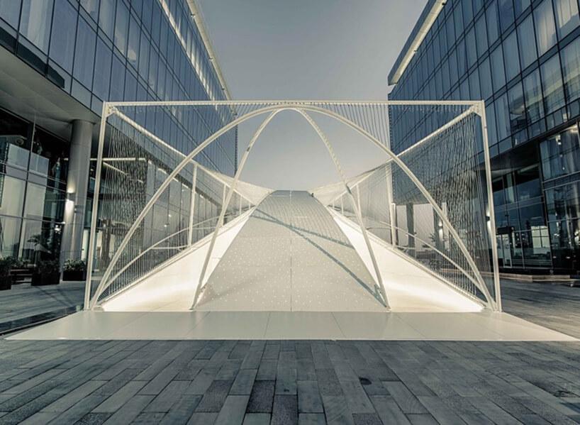 jedna zinstalacji na Dubai Design Week 2019 biała konstrukcja pośród szklanych budnków