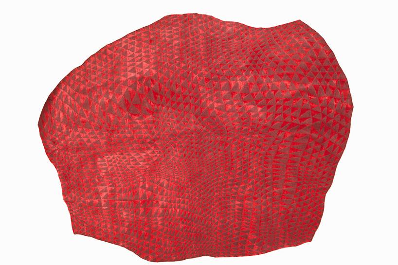 czerwony dywan wmałe trójkąty widok zgóry
