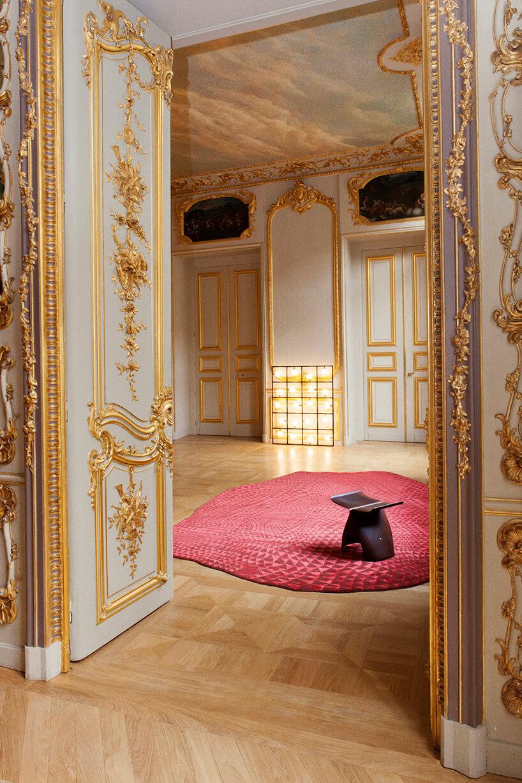 czerwony dywan wmałe trójkąty na podłodze