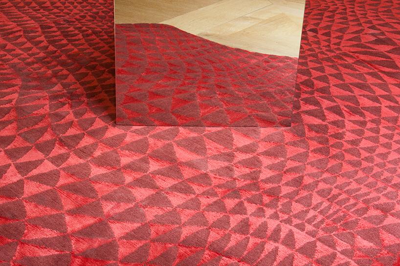 czerwony dywan wmałe trójkąty