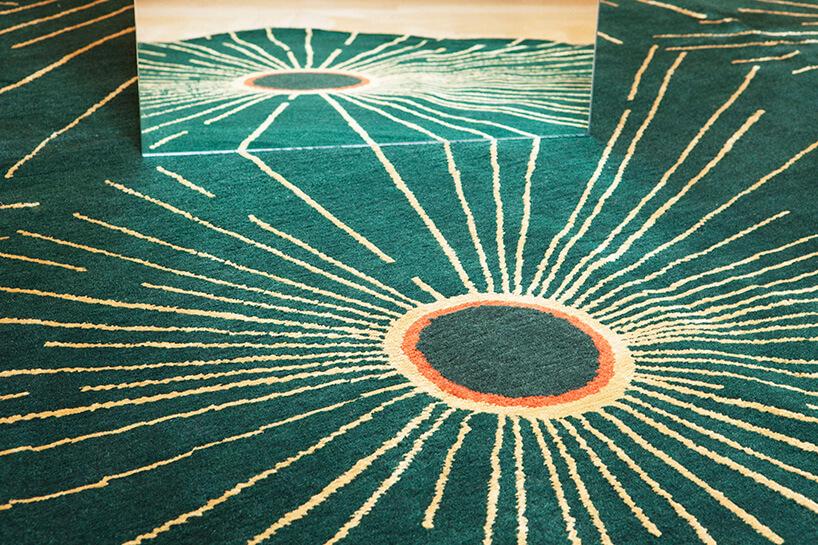 zielony dywan zrozchodzącym się motywem promieni