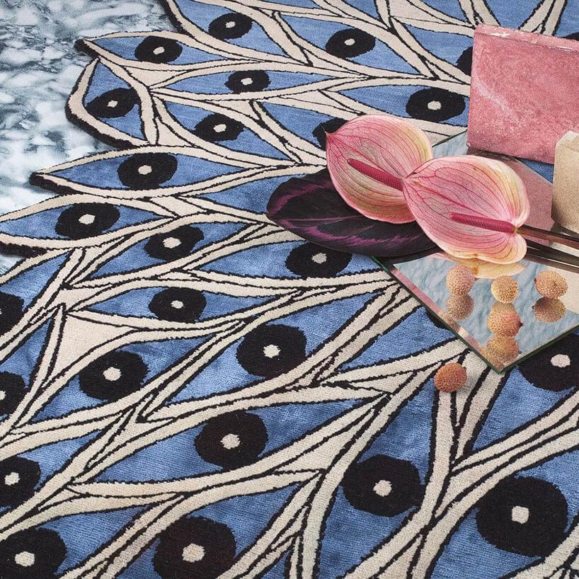niebieski dywan zpawimi oczkami