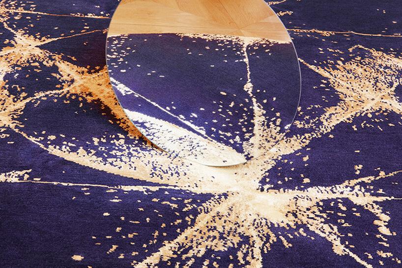 granatowy dywan zbrązowymi wzorami zbliska