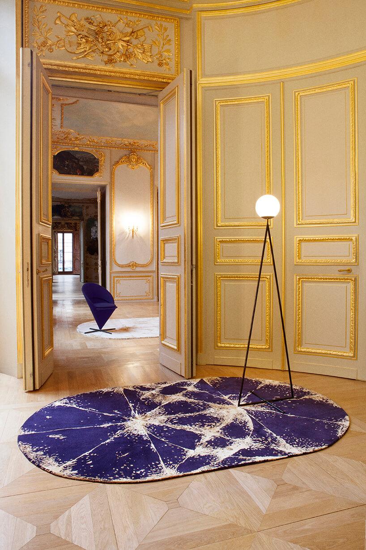 granatowy dywan zbrązowymi wzorami na podłodze