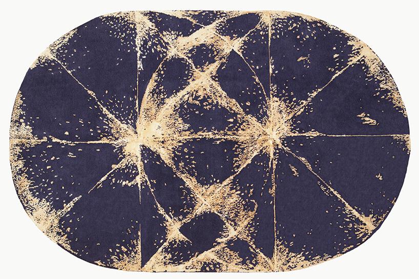 granatowy dywan zbrązowymi wzorami