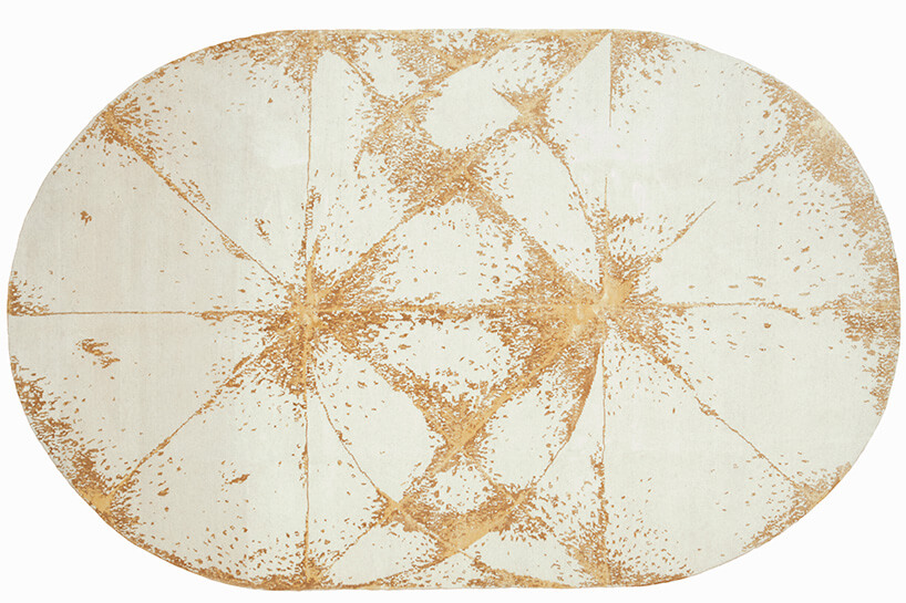 beżowy dywan zbrązowymi wzorami
